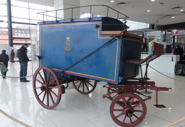 Poštový voz (ťahaný koňmi) z konca 19. storočia, ktorého posledný majiteľ bol Ján Weiss z Veľkého Zálužia.