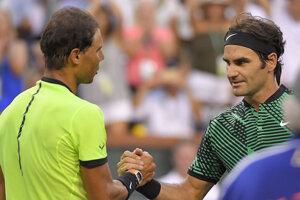 Roger Federer (vpravo) prijíma gratulácie od Rafaela Nadala.