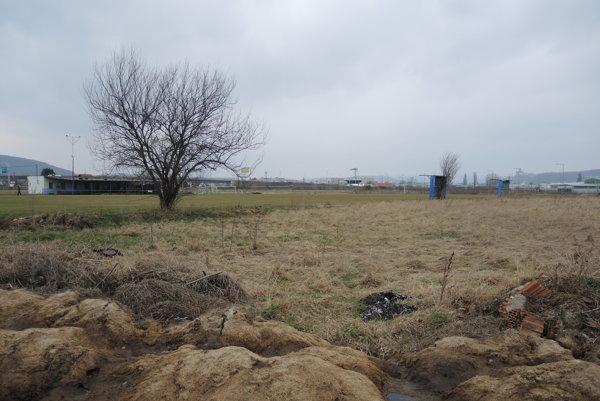 Ihrisko v Záblatí. Vďaka novej kosačke nemusí budovať kompostovaciu jamu na pokosenú trávu.