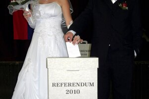 Svadobný pár hlasuje v referende vo volebnej miestnosti v obci Radvaň nad Dunajom 28. septembra 2010.