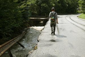Povodeň uzavrela cestu cez Kremnické Bane.