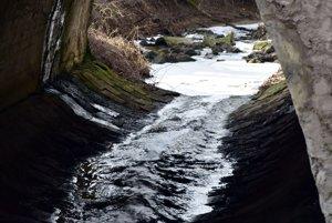 Kyjovský potok. Stále je spenený.