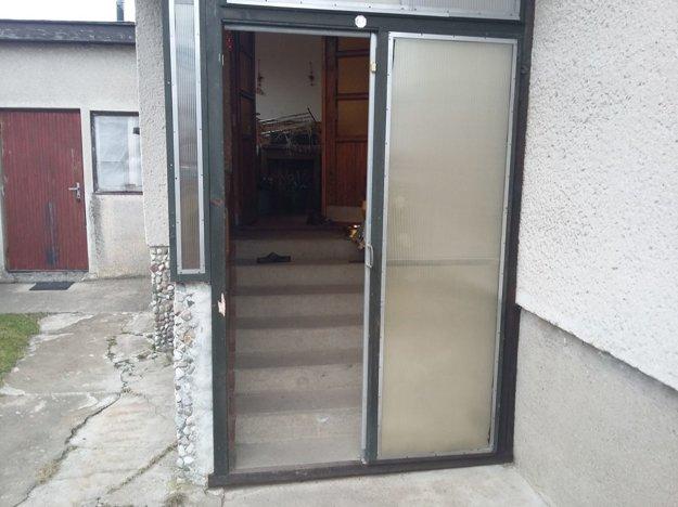 Vchodové dvere museli prebúrať, lebo žena bola v dome zamknutá.