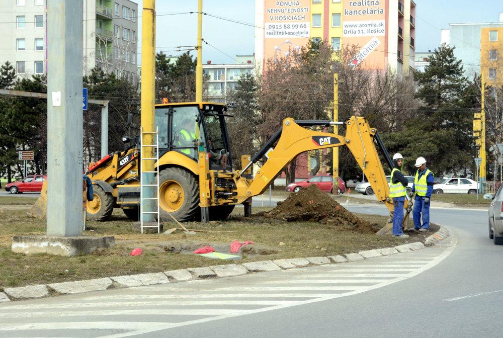 """Kruhový objazd na Moldavskej. V tomto úseku sa pracuje dopredu na stĺpoch nového trakčného vedenia. Podľa harmonogramu sa má samotný """"kruháč"""" začať rekonštruovať presne o rok (od marca 2018). To isté sa robí aj na Triede SNP, pri amfiteátri už nové stĺpy aj stoja. Na tieto časti diela však majú nastúpiť robotníci a mechanizmy už v júni tohto roku."""