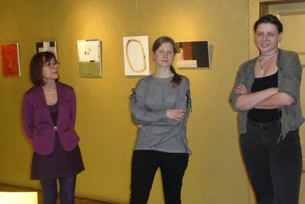 Zľava Mária Herodeková z Galérie Foyer, autorka Alžbeta Malovcová a kurátorka výstavy.