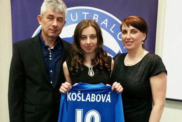 Katarína Košlabová s rodičmi na slávnostnom galavečeri ženského futbalu.