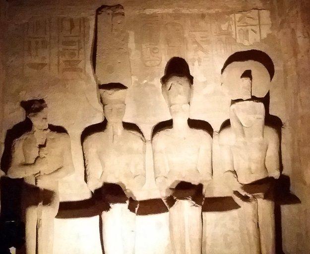 Sochy bohov a faraóna vo svätyni
