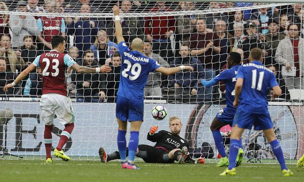 Brankár Leicesteru City Kasper Schmeichel zasahuje v zápase proti West Hamu United.