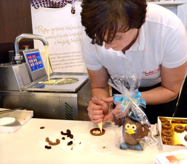 Takto vyzerá zdobenie čokolády v praxi. Stačí na to jednoduchý nástroj, troška fantázie a šikovné ruky.