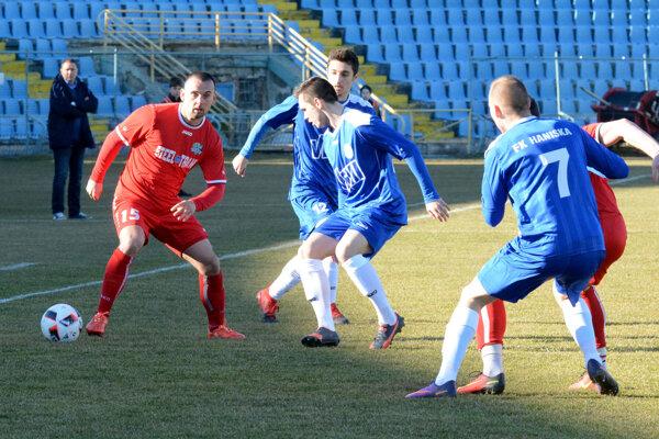 Líder tabuľky si poradil sHaniskou hladko 3:0. Darček knarodeninám si dal netradičný strelec Mikuláš Tóth (vľavo).