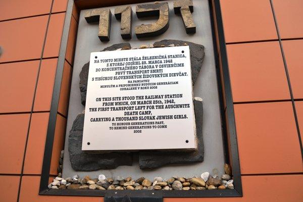 Pamätná tabuľa na popradskej železničnej stanici.