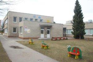 V areáli Materskej školy Žirafka pribudla neobyčajná búdka. Škola chce takto podporiť čítanie kníh medzi najmenšími arodičmi.