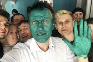 Navaľnyj napísal, že pokračuje v stretnutiach s voličmi, aj keď vyzerá ako postava z filmu Maska.