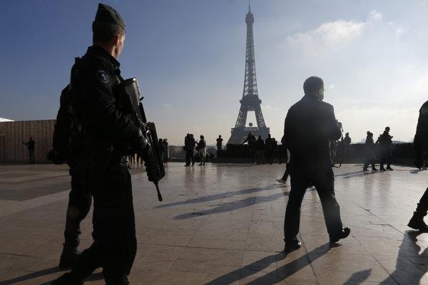 Vo francúzskych uliciach hliadkujú tisíce vojakov.
