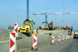 Práce na premostení na kruhovom objazde pri ZVL.
