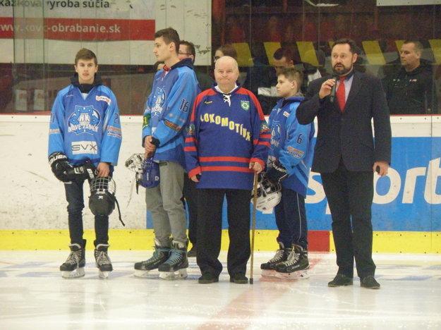 Štátnu hymnu Slovenskej republiky zaspieval pred zápasom primátor mesta Nové Zámky Otokar Klein.