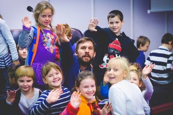 Martin Daniš v zajatí detí - pri prezentácii svojej knihy na festivale Bibliotéka.