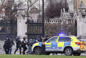 Policajné jednotky smerujú k budove parlamentu.