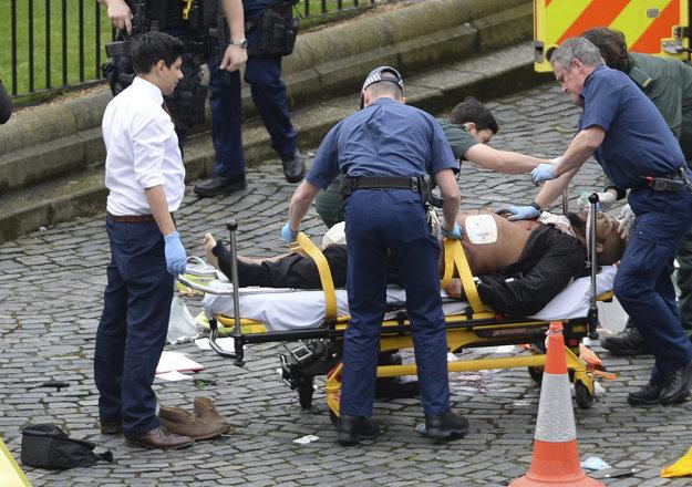 Útočník v opatere záchranárov.