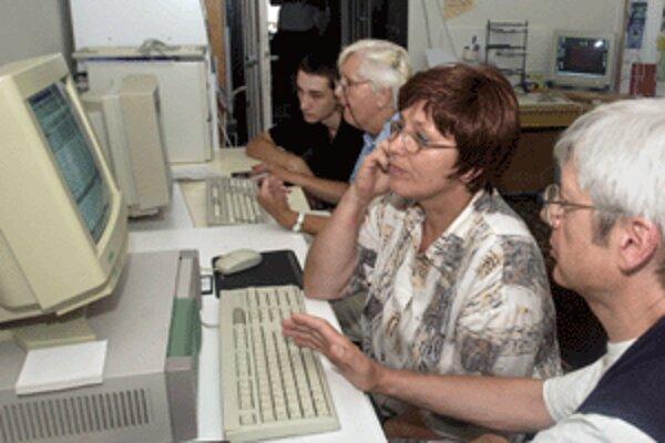 Mnohí seniori žijú aktívne aj vo vyššom veku.