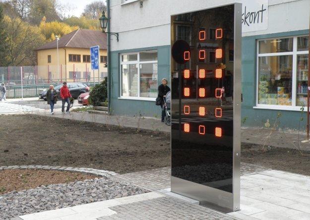 Binárne hodiny sú umiestnené v centre Handlovej. Fungujú mimoriadne presne.