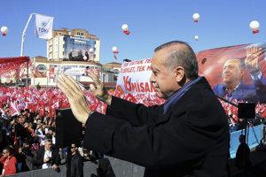 Erdogan na mítingu pred referendom o zmene ústavy.