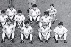 Dorastenci Plastiky Nitry v sezóne 1982/83. Marián Šindler sedí v dolnom rade druhý zľava, v druhom rade celkom vpravo je Ľubomír Moravčík. Pamätníci na snímke nájdu aj ďalšie známe mená ako Peter Hnilica, Juraj Vavrovič, Milan Rimanovský, Tibor Urban či Marián Süttö.