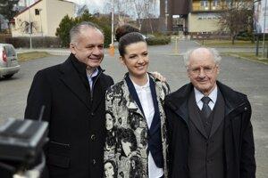 Andrej Kiska s dcérou Natáliou a otcom pred volebnou miestnosťou.