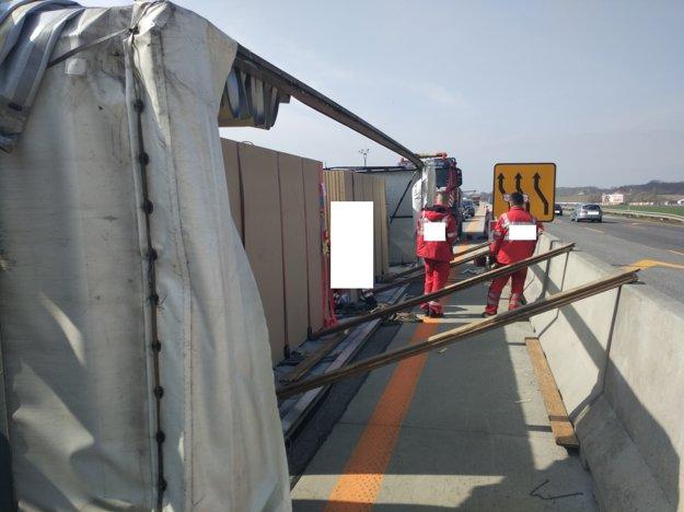 Prevrátený kamión na diaľnici D1 v Bratislave.