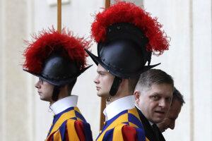 Robert Fico prichádza na rímsky summit.