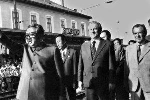 Delegácia z KĽDR na návšteve Československa v júni 1984. Kim Ir Sen na štúrovskej stanici s Vasiľom Biľakom (v pozadí 2. sprava) a Jozefom Lenártom (vľavo).