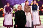 Detská spevácka skupina Šafolka vystupuje v prvom semifinále súťaže folklórnych súborov Zem spieva.
