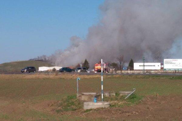 Požiar zamestnáva desiatky hasičov.