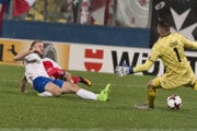 Adam Nemec strieľa gól na 3:1.