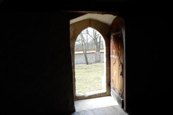 Kamenný gotický portál pôvodného vchodu do ranogotického kostola zo 14. storočia v obci Kraskovo v okrese Rimavská Sobota