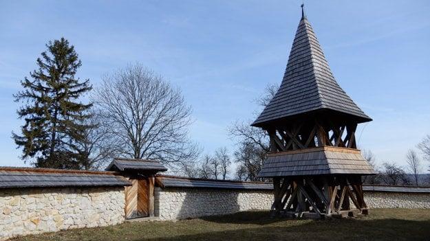 Drevená zvonica ranogotického kostola zo 14. storočia v obci Kraskovo v okrese Rimavská Sobota.
