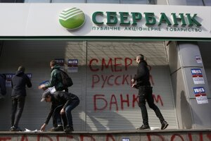 Na banku útočili aj vandali.