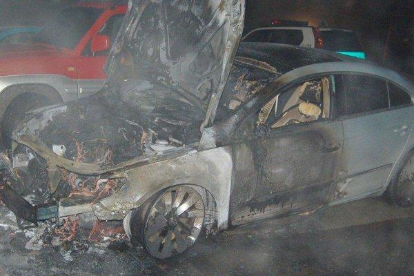 V noci z piatka 24. na sobotu 25. marca došlo v Čadci zatiaľ z nezistených príčin k požiaru zaparkovaného motorového vozidla Volkswagen Passat CC.