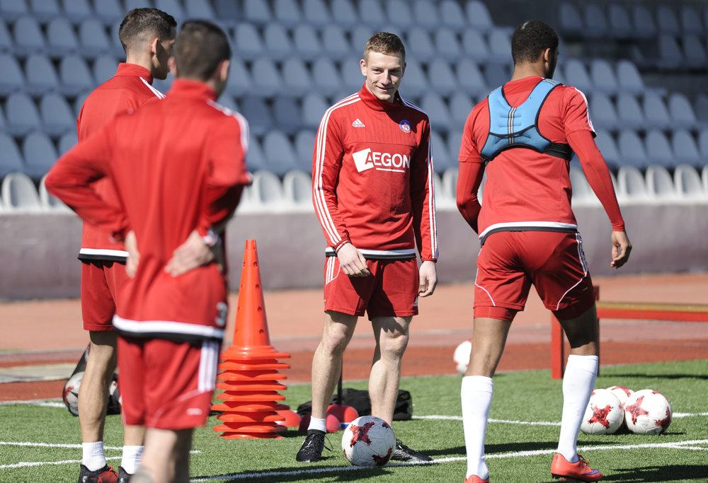 Ján Volko (uprostred) počas spoločného tréningu s futbalistami AS Trenčín.