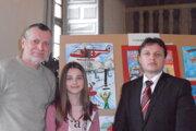 Na vyhodnotení v Bytči. Anna Radová s výtvarným pedagógom Igorom Hanákom (vľavo) a Ondrejom Mudrym, prednostom Okresného úradu v Humennom.