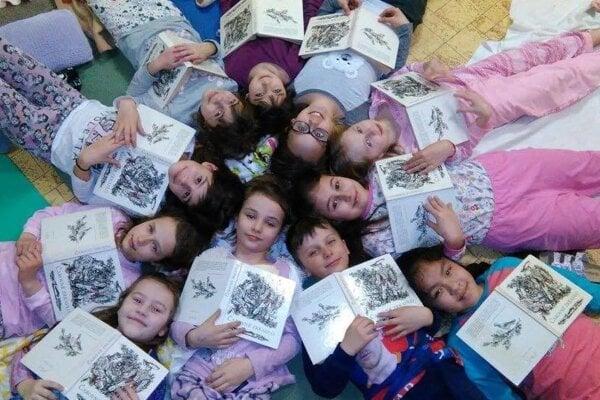 V základnej škole čítali vpyžamách