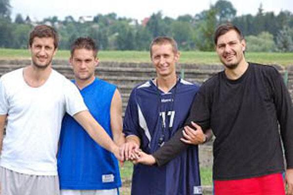 Tréner Smačko (tretí zľava) s legionármi Handlovej - Barišičom (vľavo), Glaviničom a Manojlovičom (vpravo).