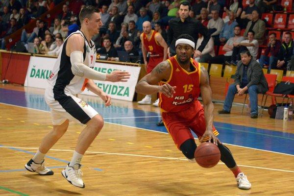 Igor Marič z BC Prievidza a LaDarius White z KB Košice.