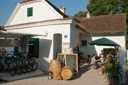 V regióne si dobré jedlo a víno vychutnáte v reštauráciách, hostincoch, zámockých tavernách či na barokovom statku.