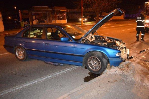Vodič neprispôsobil rýchlosť a spôsobil škodu za 9000 eur.
