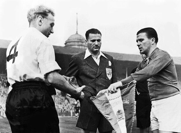 Na snímke z 25. novembra 1953 si Ferenc Puskás (vpravo) vymieňa vlajku s kapitánom Anglicka Billym Wrightom pred medzištátnym stretnutím vo Wembley.