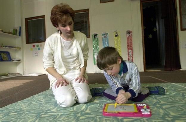 Terapeutka sa venuje autistickému dieťaťu v špeciálnej materskej škole v Horných Krškanoch.