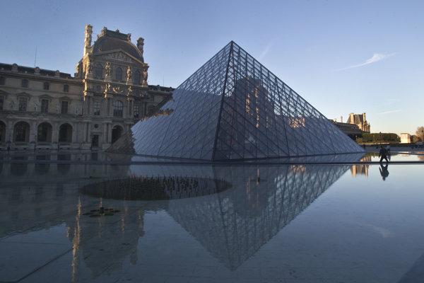 Odraz na vodnej hladine je tiež dokonale symetrický.