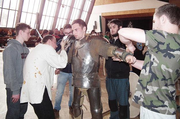 S obliekaním do brnenia malo čo robiť päť chlapov.
