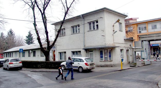 Na archívnej snímke je stará vrátnica a prístavba, v ktorej bola pohotovosť.